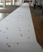 Rosenbladsbeströdd gång