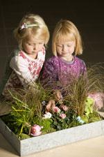 Skojiga växtlandskap en del av barnens lek