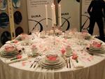 På den första bordbilden ses Dukas romantiska rosa/vita arrangemang.