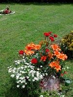 Om man önskar gladare färger, så varför inte! Här är det liljor, rosor och margaritor.