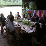 På sommaren vill de flesta ha sina fester utomhus, men ett växthus, en glasveranda, båthuset eller som här ladan...kan också vara oaser för festen, med närhet till den vilda naturen och trädgården.