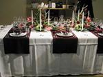 Här har Jarl Sandin AB använt mörkröda löpare på tvären över bordet och dukat på dem med sina fina silverbestick.