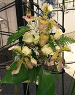 Floristelevernas brudbukett, orkideer och rosor.