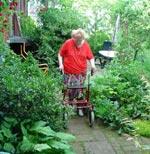 Trädgårdsmöblerna har fått maka på sig så att man kan ta sig runt huset.