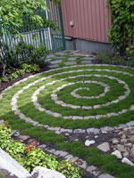 Labyrint med trampnarv och gatstenar