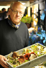 Utställningsansvarige Magnus Neuendorff med svamplådan