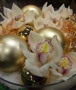 Orkidéblommor med guldkulor