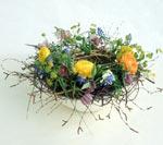 Ett vackert arrangemang att ställa på påskbordet, ranunkel, gerbera, pärlhyacinter och kungsängslilja tillsammans med haröra.