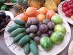 Passionfrukter i mitten, mangostan till vänster, ananas bakom och tamarillo till höger.