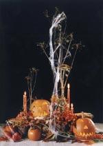 Förgängelse, blommor och spindelväv i ett stämningsfyllt arrangemang till Hallowéen.