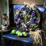 En välkomnande krans med härligt doftande hyacinter och blå anemoner.