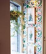 En ampel med murgröna gör fönsternischen mer ombonad.