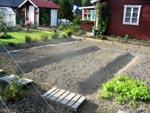 Fasta upphöjda sängar är ett alternativ till grävning. Det förenklar på våren och snabbar på upptorkningen och uppvärmningen.