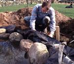 För säkerhets skull lägger vi två extra lager med dammfolie under och bakom stenarna.