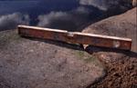 Vid den ena sidan, mot uteplatsen, lägger vi tre stora, platta stenar som sticker en bit ut i dammen.