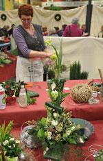 Dansk blomsterkreatör med ett vitt arrangemang