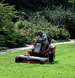 Gräsmattan skall inte klippas så kort nu på hösten, den övervintrar bättre om gräset är något längre.