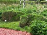 Två idisslande kossor, grässkulptur - Inga Hellman-Lindahl
