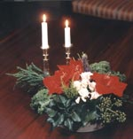 En finstämd juluppsättning gör man själv med t ex avskurna amaryllisklockor, rosor, någon hyacint och olika sorters grönt som t ex murgröna, grönkål och en.