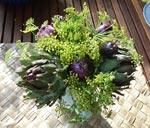 Ett välkomnande arrangemang med olika blåblommande lökväxter. Hyacint, pärlhyacint och porslinshyacint.