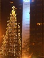 Spegling mot hotellfönstren