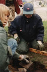 Sedan skall det blivande stenpartiet avgränsas mot gräsmattan med storgatsten.