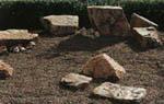 Detaljbild med stenarna utplacerade och sanden, markfolien, matjorden och gruset på plats.