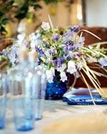 Vackert arrangemang i blått av Scilla, toppklocka och gräs i två färger.