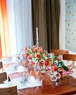 Ett lågt arrangemang gör att man kan samtala ostört även över bordet. Detta arrangemang består av nåldyna, klänglilja och gräs.
