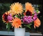 Fräscha blommor på frukostbordet.